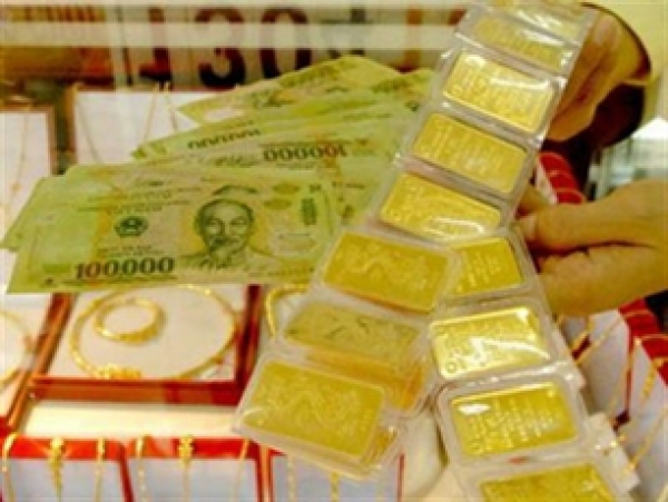 Gold prices hit one-month record high